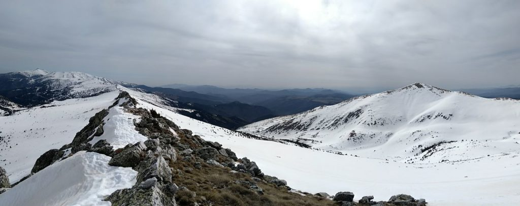 Carena al Canigó i a la dreta el Costabona des del roc Mort de l'Escolà