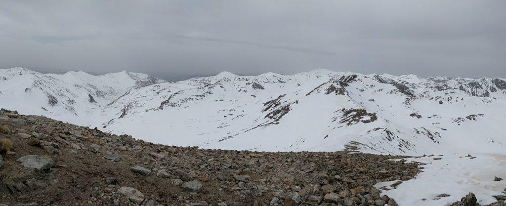 A l'esquerra la vall de Coma de Vaca, a la dreta el circ de Carança i al mig la carena de l'Infern