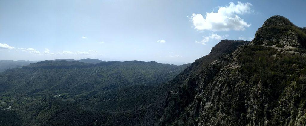 Cingleres del Puig del Llop i el Puigsacalm des de Puig Corneli