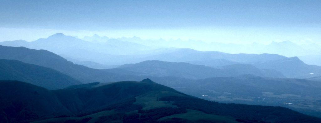 A l'esquerra l'Orhy i al fons els cims de Larra