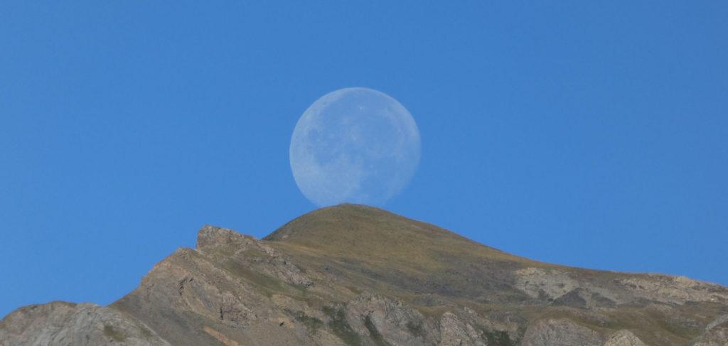 La meva amiga la Lluna pujant cap a la Bretxa Rotllan