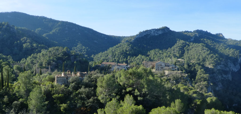 Balneari Cardo amb el coll del Murteró al fons i la ermita Santa Anna a la dreta