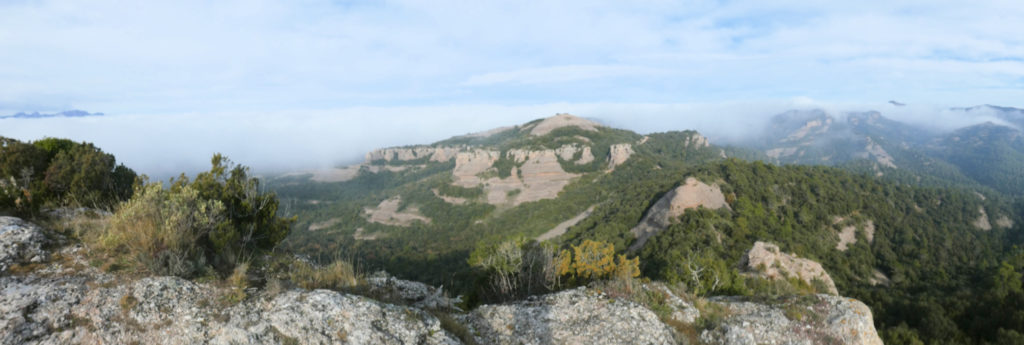 Montserrat, el Turó de Tres Creus i Sant Llorenç de Munt a la dreta des del extrem nord Castellsapera