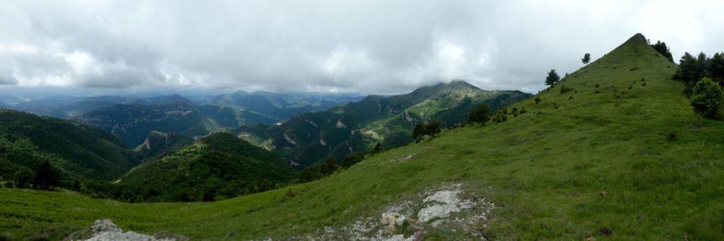 A la dreta cim del Puig de les Bruixes i al fons el Comanegra