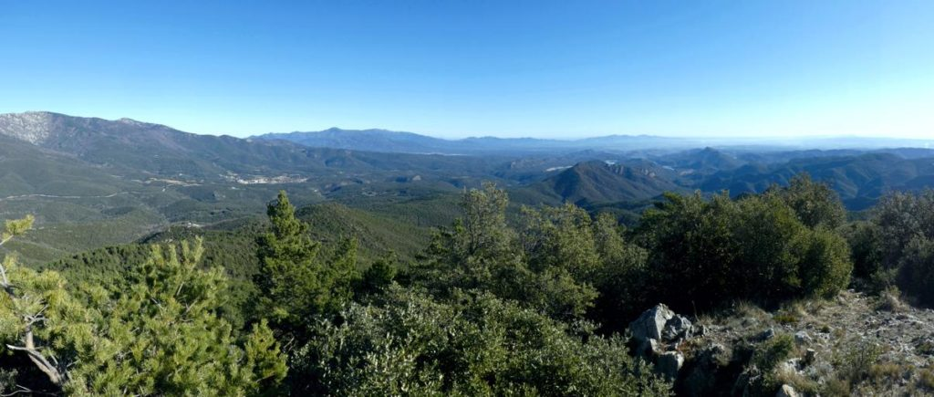 """L'Alt Emporda amb tots els seus cims dels Pirineus """"recorreguts"""" a la esquerra."""