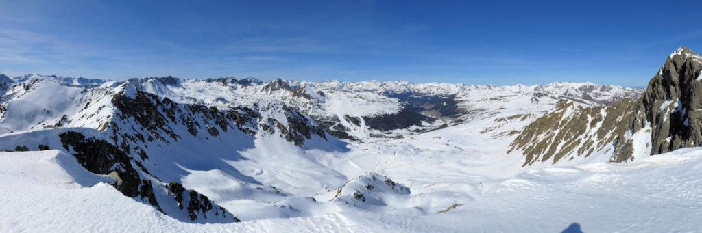 Clots de Menera i vall del Valira, a la dreta pic d'Envalira