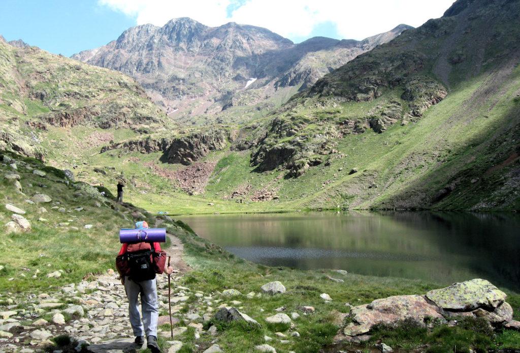 Arribant a l'estany de Sotllo. Al fons la Pica d'Estats